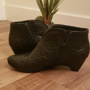 Pikolinos embroidered ankle boots